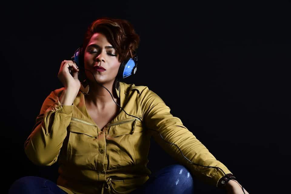 Can people hear open back headphones