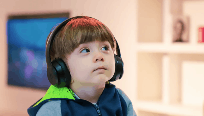 Kid with headphone